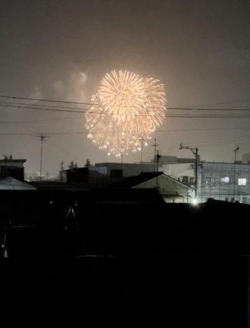 雨の中の花火
